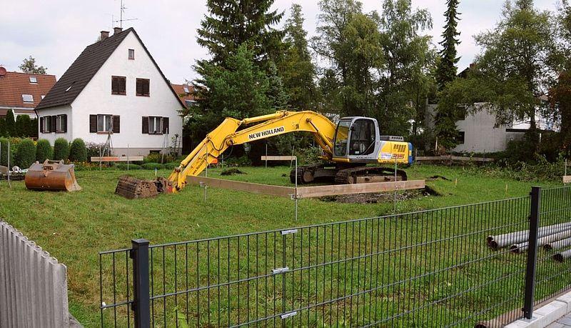 Bau Schnurgerüst Bagger: Mehrfamilienhaus G'zell