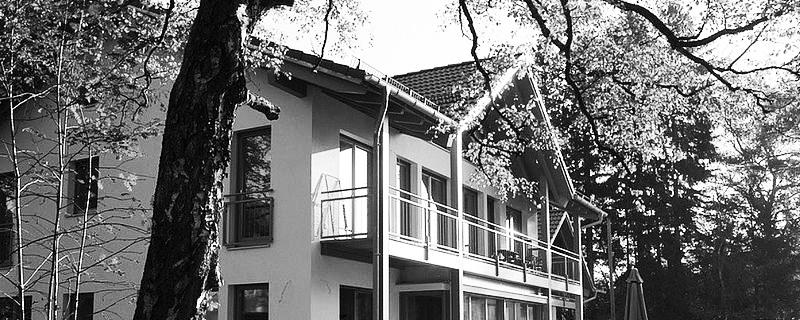 Mehrfamilienhaus_Groebenzell_Gartenansicht_fertig_sw_800x320px